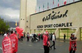 تجمع هواداران پرسپولیس در درب غربی ورزشگاه آزادی/ برپایی جشن قهرمانی زودهنگام سرخ ها